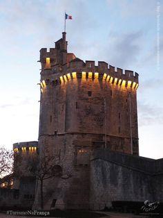 A torre Saint-Nicolas de La Rochelle, verdadeira fortaleza, foi construída no século XIV sobre um plano pentagonal refletindo o poder e a abundância material que podiam.