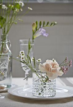 Friss virágok egy pohárban.