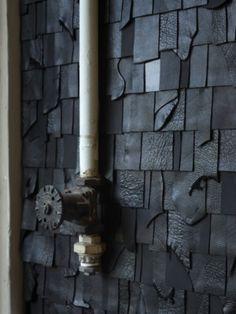 Wandbekleding - stukjes restleer over elkaar heen geplakt_the-hyd-van-sjoerd-ebberink