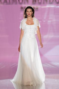 12b1a7f4b Vestido de novia colección 2018 de Raimon Bundó en Barcelona Bridal Fashion  Week 2017