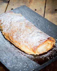 Ponha o strudel sobre papel vegetal, pincele de novo a massa e leve ao forno a 180 graus até dourar.