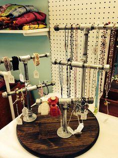 Exhibición de la joyería de tubería industrial por StringAndStitch