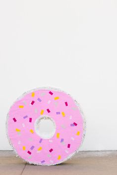 A Giant Donut Pinata! Homer Simpson would so happy, but also your party guests will love this donut filled with sweets and toys! Kauai, Giant Donut, Diy Donuts, Doughnuts, Donut Decorations, Paper Streamers, Virtual Baby Shower, Donut Party, Diy Party