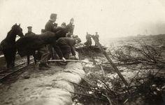Militairen en burgers werden in 1916 ingezet om noodzeeweringen te leggen in de Anna Paulownapolder. (cc - Spaarnestad - Kees Hofker)