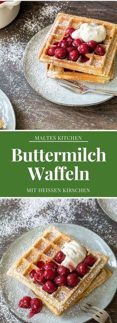 Knusprige Buttermilch Waffeln mit heißen Kirschen und Mascarpone-Joghurt-Creme | #Rezept von Malteskitchen.de
