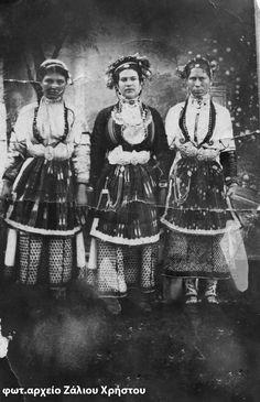 Αρραβωνιασμένες από Αγγελοχώρι και Χαρίεσσα. Οι αρραβωνιασμένες φορούσαν δεξιά κι αριστερά πολύχρωμα λουλούδια, φρέσκα το καλοκαίρι, ψεύτικα το χειμώνα. Οι νέες αργότερα φορούσαν και τσεμπέρι που το έδεναν στο πλάι. Greek Traditional Dress, Macedonia, Hair Designs, Folk Art, Greece, Culture, Costumes, Embroidery, Albania