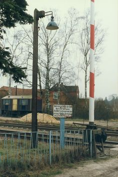 Kuhlenfeld, 6. Februar 1994 – Bahnübergang an der Straße, die nach Norden zur B 5 (früher F 5) führt, vermutlich Lange Straße, heute durch Brücke ersetzt – Railway level crossing at the street (Lange Straße?) leading to road B 5 (former F 5), nowadays replaced by a bridge #Kuhlenfeld #DeutscheReichsbahn #Bahnübergang #road #rail #crossing Mercedes Stern, S Bahn, Felder, Berlin, Pictures, Train, Railroad Pictures, Scale Model Cars, Photos