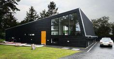 I det arkitekttegnede hus dominerer naturen udenfor og får kontrast af stramme, kvadratiske former indenfor. Michael Vork har selv tegnet det 190 m2 store byggeri, der ligger ved Århus.