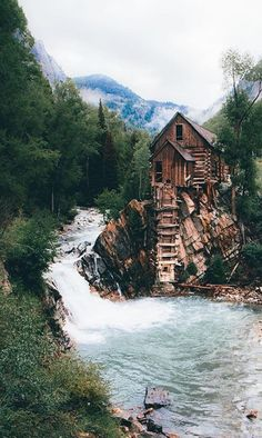 Beautiful blue colored river, cozy and cute cabin! Aesthetically pleasing