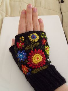 Knitted and Embroidered Fingerless mittens - Pulsvanter med broderier by Bea Aarebrot - free pattern, link via Ravelry Mitones de punto con bordado. Crochet Mittens, Crochet Gloves, Knit Crochet, Mittens Pattern, Wrist Warmers, Hand Warmers, Wool Embroidery, Fingerless Mitts, Patch