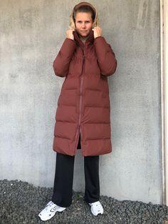 Long Puffer Jacket i mørkerød er en dejlig varm lang vinterjakke fra Rains. Jakken er i et åndbart og vandtæt materiale. Jakken har et mat udtryk og er bare super cool til at tage over ethvert outfit! Så søger du en jakke der er både praktisk og cool, så er denne puffer jacket fra Rains et god bud! Puffer Jackets, Winter Jackets, Unisex, Outfits, Collection, Fashion, Jacket, Winter Coats, Moda