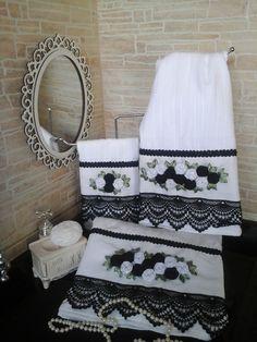 Conjunto de toalhas aveludada 3 peças banho,rosto e lavabo com barrados em guipir preto e bordadas com rosas de fita na cor preto e branco. Feito à mão.  Técnica rosa raiada, com avesso perfeito e lavável em máquina.  *Foto ilustrativa, acessórios não acompanham o produto.    Medidas:  - Toalha R...