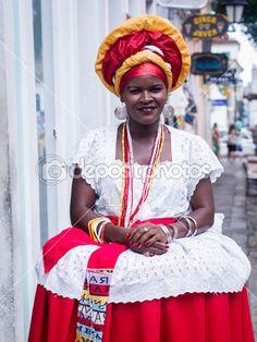 Baixar - Salvador, Brasil - 31 de junho: mulher vestida com a roupa tradicional da bahia incentiva os turistas a entrar em lojas de souvenir em salvador, Brasil em 31 de junho de 2012. as mulheres da bahia são chamadas baianas — Imagem de Stock #44350193