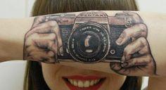 Câmera tatuada em braço cria ilusão de ótica