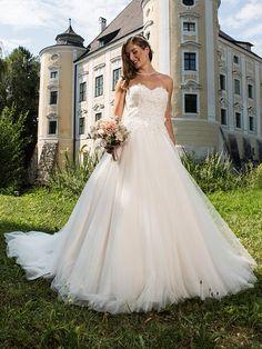 H&G-Kollektion: Entzückendes, romantisches Corsagenkleid mit weit schwingendem Tüllrock in der Trendfarbe blush/ivory. Trends, Wedding Dresses, Classic, Fashion, Dress Wedding, Curve Dresses, Bride Gowns, Wedding Gowns, Moda