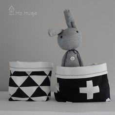 Op zoek naar leuke mandjes voor op de commode of een bureau? Deze stoffen mandjes in het zwart wit thema zijn handig en staan sfeervol op de kinderkamer.
