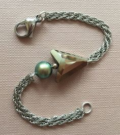 Items similar to arrow and pearl swarovski crystal / chain bracelet / stainless steel / metallic gold crystal / pearl bracelet on Etsy Pearl Color, Swarovski Pearls, Arrow, Beaded Bracelets, Chain, Metal, Gold, Leather, Handmade