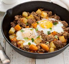 This potato hash is made healthy by the substitution of white potatoes for sweet potatoes! The natural sweetness from the sweet potatoes pairs wonderfully with the salty breakfast sausage and the earthy green peppers. Eggs And Sweet Potato, Sweet Potato Hash, Camping Breakfast, Breakfast Hash, Protein Breakfast, Free Breakfast, Healthy Breakfast For Weight Loss, Healthy Weight, Clean Eating