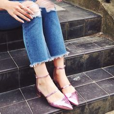 Pulling an Alexa and rocking scruffy frayed boyfriend jeans with a super cute & girlie shoe! Boy meets girl at its best!