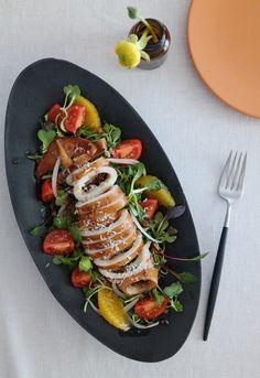 오징어샐러드 가정에서 오징어는 주로 오징어볶음이나 데쳐서 초장에 찍어서 많이들 드시죠?^^ 오늘은 쫄깃한 오징어에 싱싱한 어린잎과 상큼한 소스를 곁들인 오징어 샐러드를 알려드릴게요. 따뜻한 봄이 오길 바라며 상큼한 오징어 샐러드로 가족들과 행복한 하루를 보내세요.^^ [재료] 오징어 작은크기 1마리, 어린잎 2줌, 양파 1/4개, 방울토마토 5~6개, 오렌지 1/2개, 쉬레드치즈or파마산치즈가루 약간 [소스] 올리브오일 2큰술, 발사믹식초 2큰술, 매실청 1큰술, 레몬즙 1/2큰술, 소금, 후춧가루 방울토마토와 오렌지, 양파는 먹기 좋은 크기로 썰어 주세요. 오징어를 자르지 않은 채 통으로 내장을 제거하고, 껍질을 벗겨서 깨끗이 씻은 후 끓는 물에 소금과 청주를 넣고 살짝 데쳐주세요. 프라이팬에 올리브오일을 두르고 다진 마늘을 볶다가 데친 오징어를 넣고 소스를 부어 주세요. 양념이 배이도록 익혀주세요. 양념에 졸인 오징어를 먹기좋게 잘라 주세요. 접시...