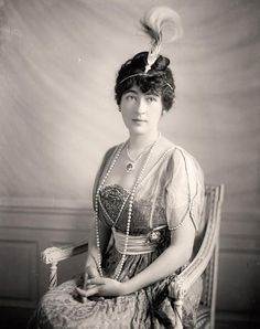 Evalyn Walsh McLean, early 1910's, wearing the Hope Diamond on her necklace. She owned it for 36 years.