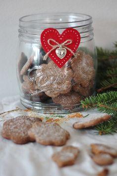 KakkuKatri: Kristallipiparit Gingerbread Cookies, Wine Glass, Tableware, Desserts, Food, Gingerbread Cupcakes, Tailgate Desserts, Dinnerware, Deserts