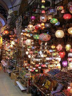 El Gran Bazar es uno de los lugares más simbólicos de Estambul. Ocupa 45.000 metros cuadrados, posee 3.600 tiendas y acoge más de 15 millones de visitantes al año.