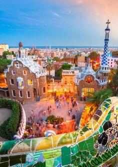 Obras de Antoni Gaudí. Son 7 edificios de Gaudí inscritos en la Lista del Patrimonio Mundial en 1984 y 2005. Casa Milá, Palacio Güell,Parque Güell, Casa Vicens, la obra de Gaudí en la fachada de la Natividad y la cripta de la Sagrada Familia, la Casa Batlló y la cripta de la Colonia Güell.