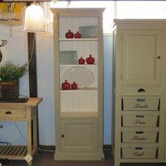 ארון ספרים מעץ אורן פיני מלא מעוצב בסגנון פרובנס. ארון הספרים בעל 4 מדפים עליונים פתוחים ותא תחתון עם דלת. ניתן להזמין את ארון הספרים ב-72 צבעים שונים.