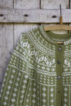 denne koften vil du finne i kofteboken 2 Shades Of Green, Green And Grey, Vert Olive, Warm Outfits, My Favorite Color, Green Colors, Knit Crochet, Autumn, Knitting