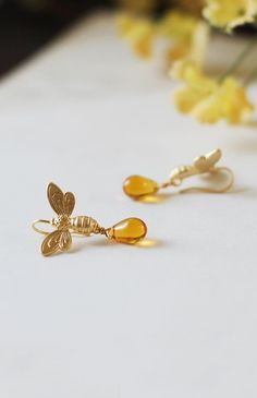 Biene Ohrringe. Goldene Biene und Honig-Tropfen-Ohrringe. Matt Gold Bienen Golden Amber Teardrop Böhmische Glasperlen baumeln Ohrringe. Garten Bee Schmuck