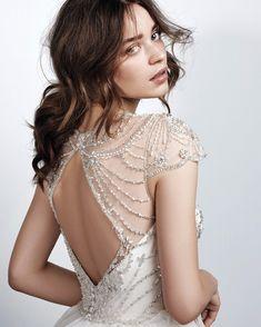 ¿A qué novia no le gustaría lucir espectacular el día de sus sueños? Las espaldas tienen un encanto muy especial que puede enaltecerse de muchas formas, solo hay que encontrar el vestido indicado. ¿En dónde? ¡Aquí!