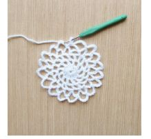 Crochet Easy How To Make A Crochet Dreamcatcher - Dreamcatchers are said to act as dream filters, allowing only good dreams to reach the sleeper! Try making this easy crochet dreamcatcher and put it to the test! Crochet Home, Love Crochet, Crochet Crafts, Crochet Doilies, Yarn Crafts, Easy Crochet, Diy Crochet Dreamcatcher, Dreamcatchers Diy, Macrame