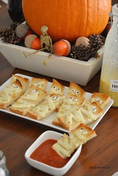 how simple and cute are these garlic mummy bread appetizers? Super Easy for Halloween Dinner