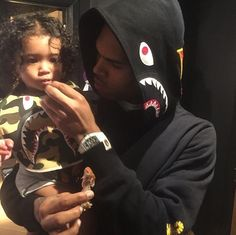 Chris Brown Hugs & Kisses Royalty In Sweet Father-Daughter Moment At Concert Cute Family, Baby Family, Family Goals, Couple Goals, Trey Songz, Father And Baby, Baby Daddy, Big Sean, Ryan Gosling