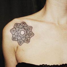 schulter mandala tattoo idee