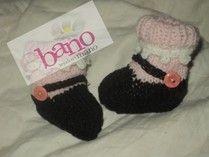 Escarpín tejido con forma guillermina con medias color negro y rosa (Knit baby booties Mary Jane Style, color black and pink)
