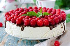 Esta deliciosa receta tiene tan solo 150 calorias por porción.  La receta típica de pastel de queso pero con yogurt natural y queso cottage para que sea bajo en calorías.
