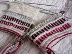 Hittades på Google från dodergok.blogspot.com Knitted Mittens Pattern, Knit Mittens, Mitten Gloves, Knitted Hats, Chrochet, Knit Crochet, Knitting Stitches, Knitting Patterns, Knitting Projects