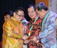 BANDUNG – Pemerintah Provinsi Jawa Barat kembali menerima dua penghargan dari pemerintah pusat. Dua penghargaan itu adalah Anugerah Pangripta Nusantara Utama Tahun 2013 Tingkat Provinsi dan penghargaan dari Kementrian Tenaga Kerja dan Transmigrasi sebagai Pembina Keselamatan dan Kesehatan Kerja (K-3) tahun 2013