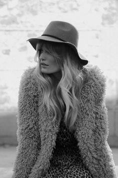 Nos inspiramos en el estilo 'boho' de Sienna Miller para crear 5 looks invernales de ensueño. © Azahara Fernández