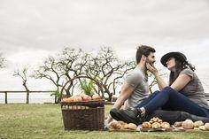 Joven pareja amorosa en picnic en el parque Foto gratis
