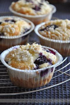 Due bionde in cucina: Muffin con mirtilli e crumble al cardamomo