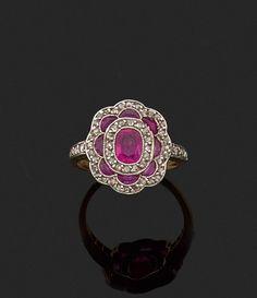 Bague en or jaune 18k stylisant une fleur ornée de rubis et de diamants de taille rose.  Tour de doigt : 48  Poids brut : 3.3 gr  Estimation 500/700€