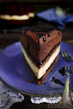 Incredible chocolate cakes pie cheesecake in chocolate cake! With chocolate sauce and ganache! Cheesecake Chocolate recipe The post Cheesecake in chocolate cake chocolate cheese pie appeared first on Win Dessert. Coconut Recipes, Baking Recipes, Cake Recipes, Snack Recipes, Dessert Recipes, Chocolate Cheesecake, Chocolate Desserts, Cake Chocolate, Molten Chocolate