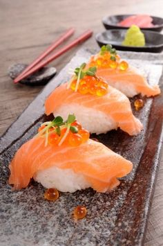If you have a thing for the bright and orange colored salmon then here are some amazing sushi recipes with salmon (raw and cooked) for your cravings. Sushi Comida, Nigiri Sushi, Sushi Party, Sushi Lunch, Japanese Food Sushi, Sushi Love, In Vino Veritas, Burger, My Favorite Food