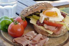Σήμερα θα κάνουμε κάτι απλό. Θα φτιάξουμε ένα σάντουιτς και απλά θα του δώσουμε λίγο χαρακτήρα. Εμείς επιλέξαμε το σάντουιτς μας να περιέχει αυγό και σάλτσα ντομάτας. Πάμε να δούμε λοιπόν πώς θα το φτιάξουμε…. Τι θα χρειαστείς Ντομάτα Βασιλικό 2 αυγά Τσορίθο Ελαιόλαδο Φύλλα ρόκας Ψωμί Αλάτι και μαύρο πιπέρι Πώς θα το φτιάξεις [...] Sandwiches, Recipes, Food, Essen, Meals, Ripped Recipes, Paninis, Yemek, Eten