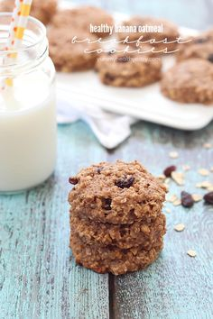 Healthy Banana Oatmeal Breakfast Cookies - SO easy to make, have no butter or oil, and have only 165 calories in each cookie + 6g of protein!