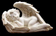 Sedící a spící andělíček v křídlech 16x9x7 cm levý, bílý polyresin soška anděla