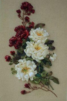 """Quadro """"Rose rosse e bianche"""", realizzato in tecnica Silk ribbon embroidery.."""